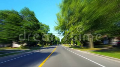 * Drunk Motion Blur Intoxicated Version* Driving Residential City Road with Lush Trein Summer Day Besturingspunt voor aanzicht PO stock footage
