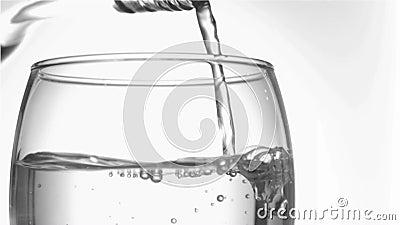 Druppeltje van water in het super langzame motie eindigen van het glasknelpunt in een tuimelschakelaarglas te dienen stock videobeelden