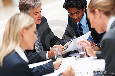 Drużynowych działań biznesowi ciężcy biurowi ludzie
