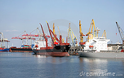 Dry-cargo ships cost at moorings