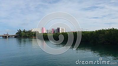 Duże strefy nadmorskie wzdłuż pięknej karaibskiej linii brzegowej strefy hotelowej w Cancun zdjęcie wideo