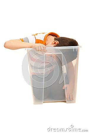 Duży chłopiec target985_0_ wchodzić do w pudełku