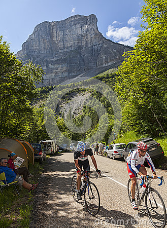 爱好者攀登彻尔du Granier的Cyslists 编辑类照片