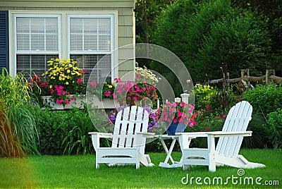 Duas cadeiras de gramado