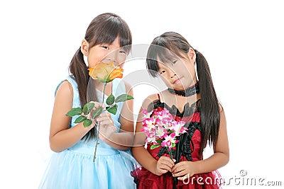 Duas meninas asiáticas pequenas