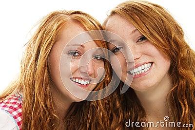 Duas meninas bávaras felizes do redhead