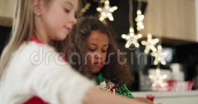 Duas meninas decorando biscoitos de Natal video estoque