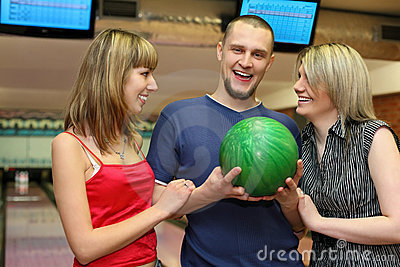 Duas meninas e o homem estão ao lado e riem