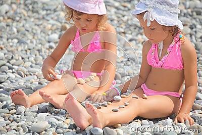 Duas Meninas Estão Jogando Com Pedras Do Seixo