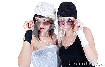 Duas mulheres bonitas novas que olham em algum lugar a tarifa afastado