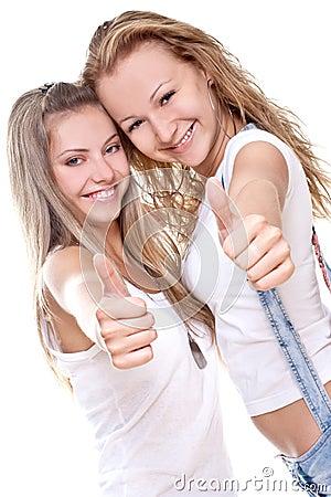Duas mulheres bonitas que dão o thumbs-up