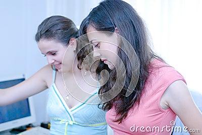 Duas mulheres no computador