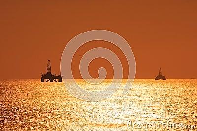 Duas plataformas petrolíferas a pouca distância do mar durante s