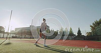 Duas senhoras dos amigos que jogam o tênis profissional no campo de tênis fora, captura do jogo completo video estoque