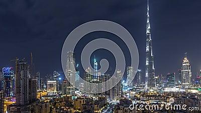 Dubai Downtown skyline gedurende de hele nacht met Burj Khalifa en andere towers paniramische beelden bovenaan stock video