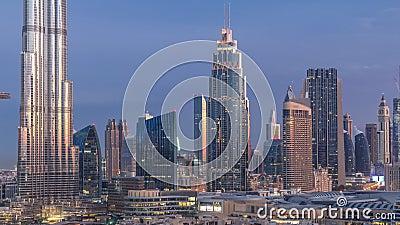 Dubai Downtown skyline overnachting van dag tot dag met Burj Khalifa en andere towers paniramische beelden bovenaan in Dubai stock video