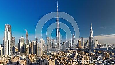 Dubai Downtown skyline tijdpaden met Burj Khalifa en andere torens tijdens het paniramische uitzicht van zonsopgang vanaf de top i stock video