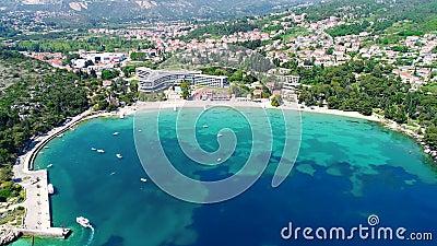 Dubrovnik regionstrand i Mlini och Srebreno den flyg- sikten, kustlinje av Dalmatia, Kroatien stock video