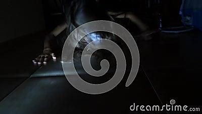 Duch dziewczyna w domu Duch dziewczyna troszkę Straszna scena okropna kobieta 4K swobodny ruch coś zbiory