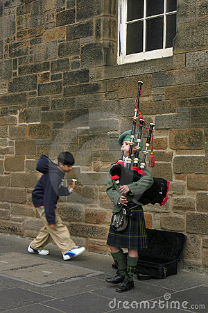 Dudelsackpfeiferjunge in Edinburgh, Straßenmusiker Redaktionelles Foto