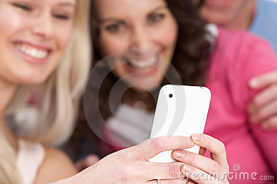 Due amiche che esaminano le maschere su Smartphone