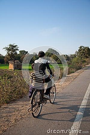 Due giovani ragazzi indiani sulle biciclette Immagine Editoriale