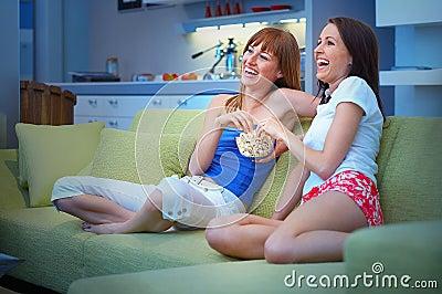 Due ragazze che guardano TV
