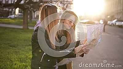 Due ragazze turistiche in abbigliamento casual, godente delle loro avventure in nuova città Guida di viaggio, turismo in Europa c stock footage