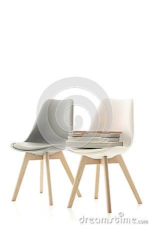 Due sedie moderne con un mucchio dei libri fotografia stock ...