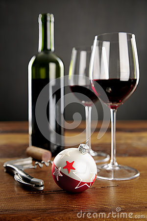 Due vetri del baubel di natale e del vino rosso