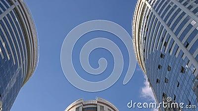 Duidelijke blauwe hemel tussen lange huizen stock video