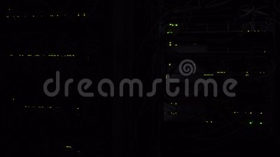 Duisternis in de serverruimte Opvlammende groene leiden van de serverlamp Netwerk ethernet schakelaar Duisternis opvlammende lich stock footage