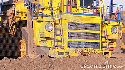 dump truck Caminhões pesados enormes de estacionamento Caminhão de mineração Os caminhões basculantes são fora do trabalho filme
