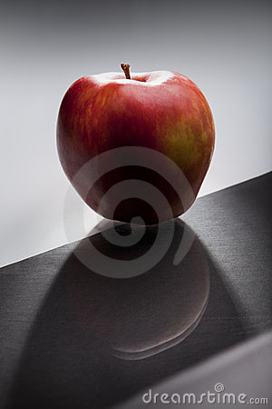 Dunkelroter Apfel