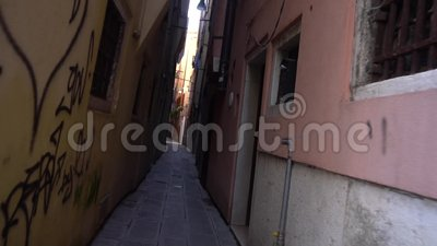 Dunkle Gasse der regnerischen Straßen in Venedig stock video footage