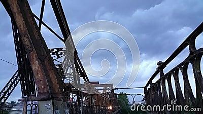 Dunkle Wolke über alter Brücke in Hanoi, Vietnam stock footage