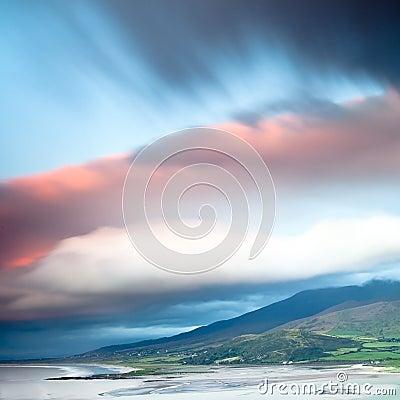Dunkle Wolken über irischer Küste Dinglehalbinsel