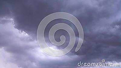 Dunkle Wolkenzeit glitt - Hochgeschwindigkeitsclip hinab stock footage