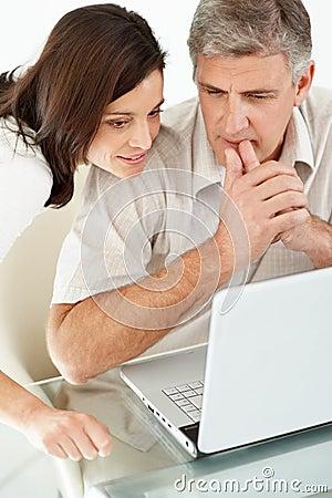 Durchdachte fällige Paare unter Verwendung eines Laptops