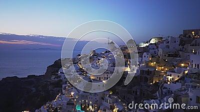 Dusk zoom em uma foto da vila de Oia, Santorini filme