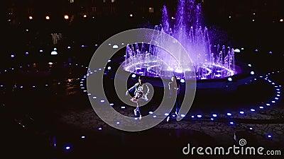 Dwóch wesołych tancerzy Gość i dziewczyna tańczą w nocy Tancerze na tle fontanny zbiory wideo