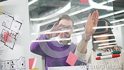 Dwóch współpracowników omawia projekt architektury wirtualnej zdjęcie wideo
