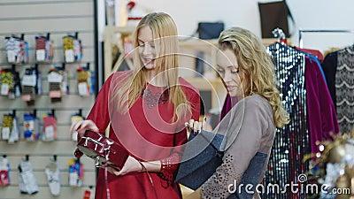 Dwa elegancka dama w sklepie akcesoria i ubrania wybieramy torebki sukces na zakupy zdjęcie wideo