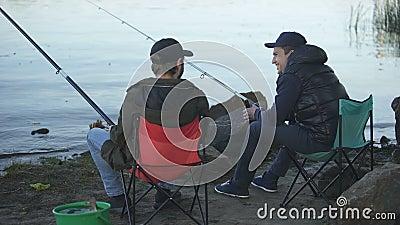 Dwa przyjaciół rybaka połów i pić piwo, odpoczynkowy weekend, dobra firma zbiory wideo