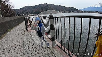 Dwoje dzieci cieszy się widokiem Fuji San w Kawaguchiko Japonia zdjęcie wideo