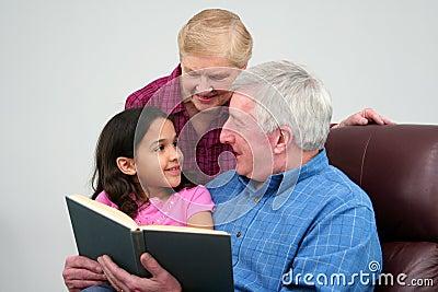 Dziadek czytanie książki