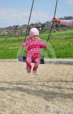 Dzieci bawią się huśtawka