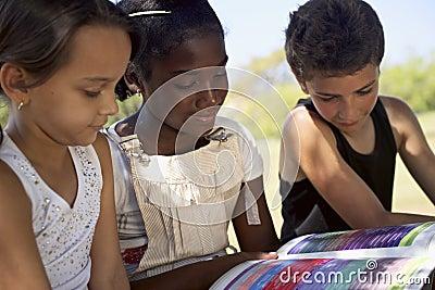 Dzieci, edukacja, dzieciaki i dziewczyny czytelnicza książka w parku,