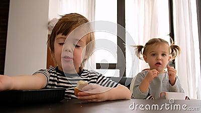 Dzieci jadające ciastka w domu zdjęcie wideo