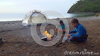 Dzieci jedzą blisko ognia zdjęcie wideo